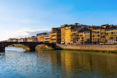 Widok nad Arno rzeką Ponte Santa Trinita Obraz Stock