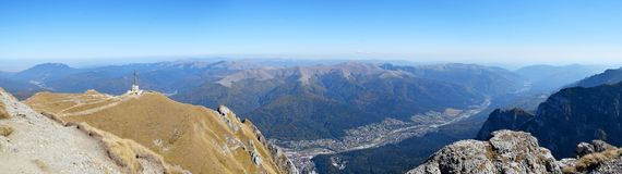 Widok nad Busteni miastem od Bucegi gór zdjęcie stock