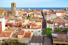 Widok nad dachami stary grodzki Malgrat De Mącący z morzem śródziemnomorskim w tle Malgrat De Mącący Hiszpania, Maj, - 03 2016 Obrazy Stock