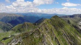 Widok nad Fagaras górami Łączący ruch Ja zawiera klacza, Moldoveanu i Rumunia szczytu Vistea - zbiory wideo