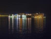 Widok nad jeziornym Pichola przy półmrokiem thew jeziora pałac obraz royalty free