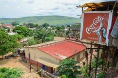 Widok nad Kongijskim rzecznym grodzkim Matadi z budynkami i koka-kola billboardem, Demokratyczny Republika Kongo, Afryka Zdjęcia Royalty Free