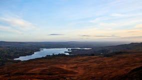 Widok nad krajobrazami Donegal Irlandia z pięknym jeziorem i niebieskim niebem w tle Fotografia Stock