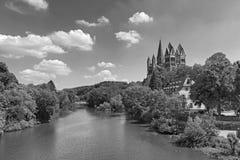 Widok nad Lahn rzek? Limburg Katedralny Limburg Hesse Niemcy w czarny i bia?y zdjęcie stock