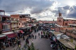 Widok nad Marrakech Medina z turystami chodzi miejscowym robi zakupy w Styczniu 2018, Maroko Zdjęcia Stock