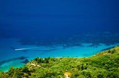 Widok nad pięknym Lefkada wybrzeżem z łodzią Obraz Stock