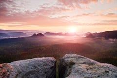 Widok nad piaskowcową falezą w głęboką mglistą dolinę w Saxony Szwajcaria Piaskowów szczyty wzrastający od ciężkiego mgłowego tła fotografia stock