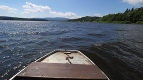 Widok nad połowu metalu łódkowatym nosem przeciw falistej jezioro wodzie zbiory