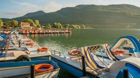 Widok nad popularnym Jeziornym Caldaro przy Południową tyrolean wino trasą blisko Merano i Bolzano, Włochy Obrazy Stock