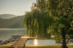 Widok nad popularnym Jeziornym Caldaro przy Południową tyrolean wino trasą blisko Merano i Bolzano, Włochy Fotografia Royalty Free