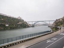 Widok nad Rzecznym Douro w Porto, Portugalia Dżdżysty, chmurzy dzień obrazy stock