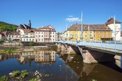 Widok nad Rzecznym Murg stary miasteczko Gernsbach Zdjęcie Stock
