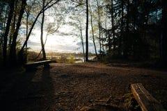 Widok nad spokojem cumuje w Baden-Wuerttemberg Niemcy Zły Wurzach przy zmierzchem z ławkami obraz stock