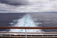 Widok nad stern od górnego pokładu nowożytny statek wycieczkowy obrazy stock