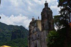 Widok nad Tepoztlà ¡ n wioską od Tepozteco ostrosłupa w Morelos Meksyk fotografia stock
