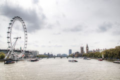 Widok nad Thames z Londyńskim okiem i Big Ben obrazy stock
