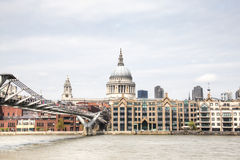 Widok nad Thames z Saint Paul katedrą i footbridge Obrazy Stock