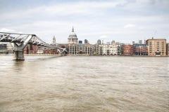 Widok nad Thames z Saint Paul katedrą i footbridge Fotografia Royalty Free
