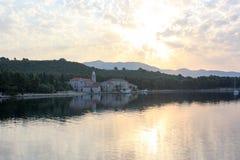 Widok nad wodny patrzeć w kierunku monasteru w Chorwacja Zdjęcia Royalty Free