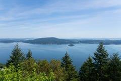 Widok nad zatoką, lasem i górami przy Vancouver wyspą, obrazy stock