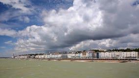 Widok nadbrzeże od mola z pięknym chmurnym niebem, Hastings, UK Zdjęcie Royalty Free