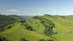 Widok nagrań z samolotów bezzałogowych: lot nad jesienną wioską górską z lasami, polami i rzeką w słonecznym, miękkim świetle zbiory wideo