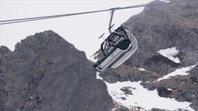 Widok narciarskiego dźwignięcia przejażdżki puszek przy śnieżnymi górami ski park upadek kolei sylwetki ślady śnieżni szkolą niej zdjęcie wideo