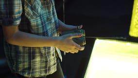 Widok nastoletni chłopak wręcza bawić się z gemową konsolą w rozrywki centrum zbiory wideo