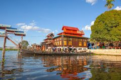 Widok Nga Phe Kyaung monasteru kotów Skokowy monaster od łodzi z innymi łodziami parkować wokoło inle jezioro Myanmar obraz royalty free