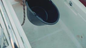 Widok nieżywy świeży złapany fosh na pokładzie jacht w kokpicie zdjęcie wideo