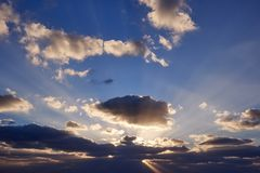 Widok niebo Jeju wyspa podczas wschód słońca z orłem kształtującym chmurnieje z słońce promieniem penetruje od za fotografia stock