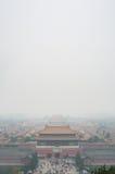 Widok Niedozwolony miasto przez zanieczyszczenia powietrza, Pekin Brać z wierzchu wzgórza w Jingshan parku Obrazy Stock