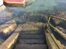 Widok niektóre schodki który nawadnia spadek w oceany i skały na Galicia Hiszpania obraz stock