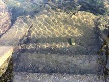 Widok niektóre schodki który nawadnia spadek w oceany i skały na Galicia Hiszpania zdjęcie stock
