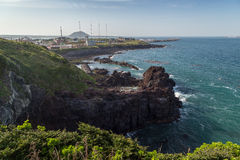 Widok niewygładzona linia brzegowa na Jeju wyspie obrazy stock