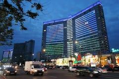 Widok Nowa Arbat ulica w Moskwa centrum miasta przy nocą Zdjęcia Royalty Free