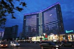 Widok Nowa Arbat ulica w Moskwa centrum miasta przy nocą Zdjęcie Royalty Free