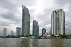 Widok nowożytni wieżowowie na rzecznej stronie Chao Phraya ponury chmurny dzień Bangkok, Tajlandia Zdjęcie Royalty Free