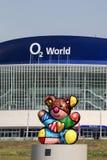Widok O2 Światowa arena i rzeźba niedźwiedź, symbol Berlin zrobiliśmy Romero Britto, Berlin, Niemcy obrazy stock