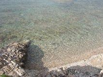 Widok o morzu śródziemnomorskim od nabrzeżnej drogi święty Tropez Zdjęcia Stock