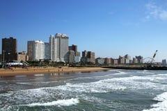 Widok ocean plaży molo i miasto linia horyzontu Zdjęcie Royalty Free