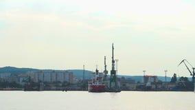 Widok od łódkowatego omijanie portu dokuje i statki, nadmorski przemysłowy miasto, eksport zbiory wideo