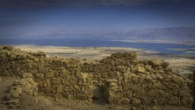 Widok od ścian Masada przy Nieżywym morzem Zdjęcia Stock