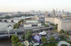 Widok od środkowego powietrza od Londyńskiego oka na Londyńskiej architekturze Zdjęcie Royalty Free