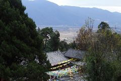 Widok od świątyni chabeta szczyt Yufengsi, Baisha wioska, Lijiang, Yunnan, Chiny zdjęcie stock