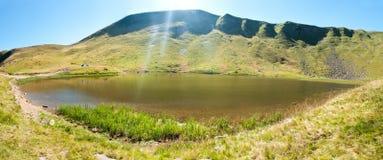 Widok od above Jeziorny Hereshaska w Karpackich górach Fotografia Royalty Free