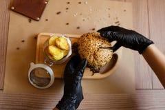 Widok od above na kulinarnym procesie Fasta food skład na drewnianym stołowym tle kosmos kopii Fast food Obraz Royalty Free
