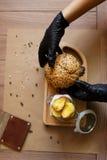 Widok od above na kulinarnym procesie Fasta food skład na drewnianym stołowym tle kosmos kopii Fast food Obrazy Royalty Free