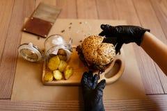 Widok od above na kulinarnym procesie Fasta food skład na drewnianym stołowym tle kosmos kopii Fast food Zdjęcie Royalty Free
