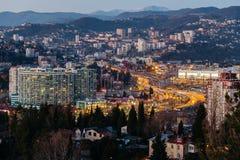 Widok od above na wieczór mieście Sochi z światłami, domami i autostradą, Sochi, Russia, Styczeń -, 2017 - obraz royalty free